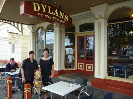 coffee dog with two women at Dylans cafe